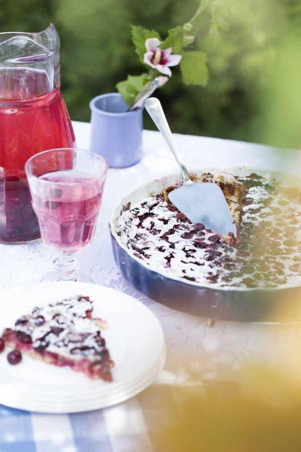 Πίτα κερασιών με κεραμική μορφή Κατ' οίκον γίνοντη βανίλια Clafoutis με το sou στοκ εικόνες