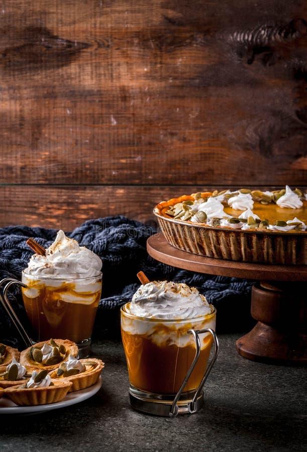Πίτα κολοκύθας, tartlets και latte στοκ εικόνα με δικαίωμα ελεύθερης χρήσης