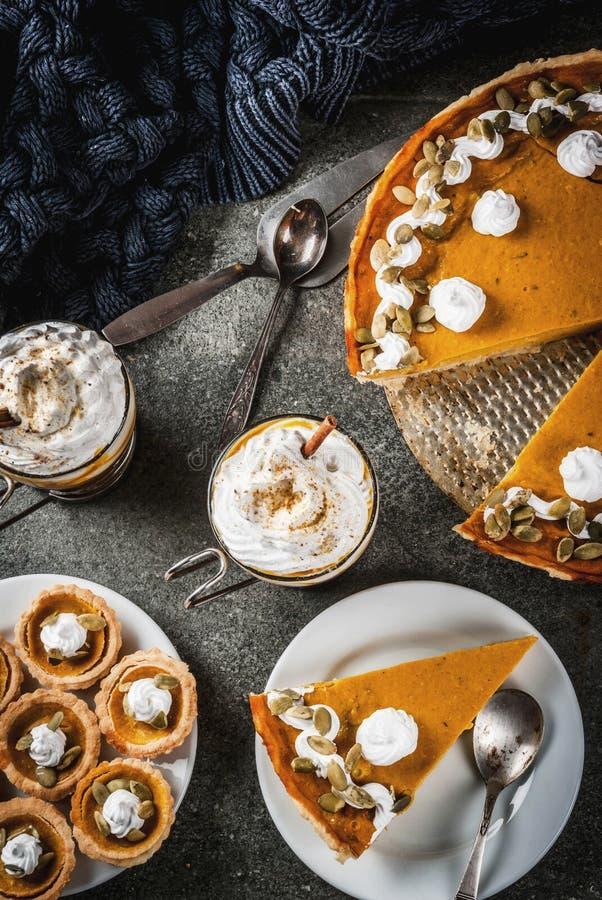 Πίτα κολοκύθας, tartlets και latte στοκ φωτογραφίες με δικαίωμα ελεύθερης χρήσης