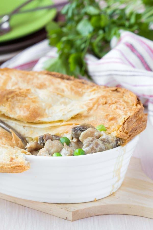 Πίτα κρέατος με stew του κοτόπουλου, μανιτάρια, μπιζέλια, ζύμη ριπών στοκ εικόνα με δικαίωμα ελεύθερης χρήσης