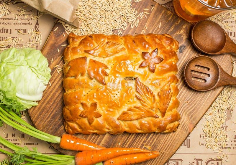 Πίτα με τα κρεμμύδια και τα αυγά στοκ εικόνα με δικαίωμα ελεύθερης χρήσης