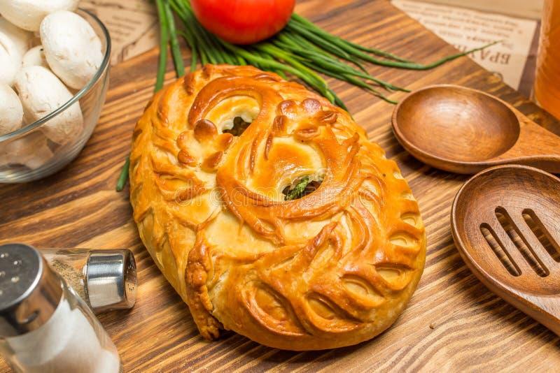 Πίτα με τα κρεμμύδια και τα αυγά στοκ φωτογραφία με δικαίωμα ελεύθερης χρήσης