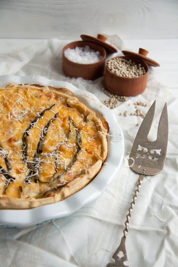 Πίτα με το βακαλάο, το σολομό, τις ντομάτες, το κρεμμύδι τυριών και άνοιξη στοκ φωτογραφία με δικαίωμα ελεύθερης χρήσης