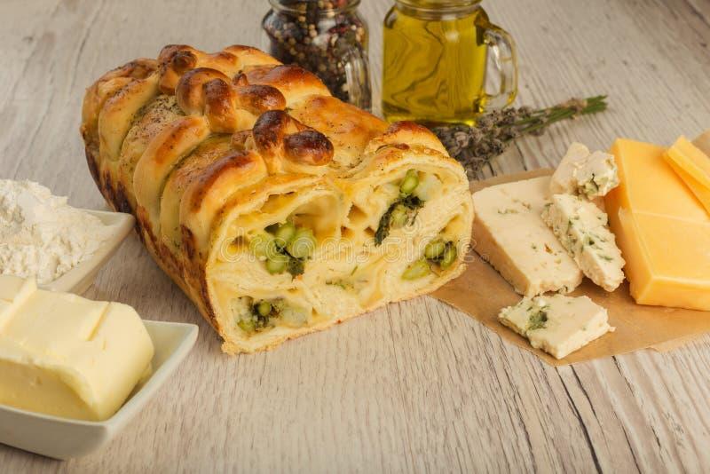 Πίτα με το σπαράγγι και τυρί σε ένα ξύλινο υπόβαθρο με τα συστατικά στοκ φωτογραφίες με δικαίωμα ελεύθερης χρήσης