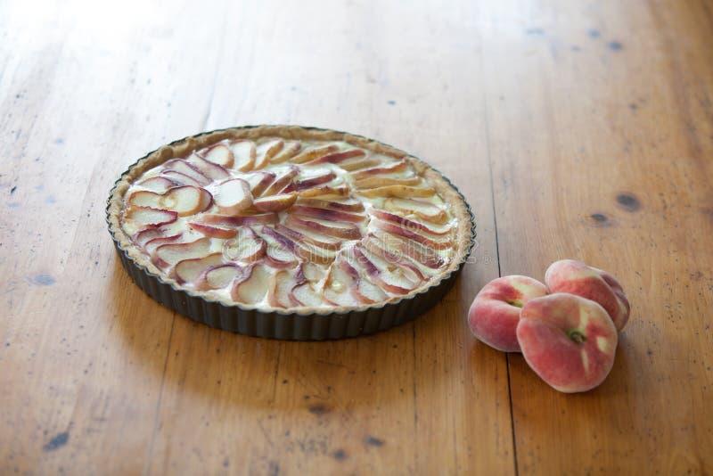 Πίτα ροδάκινων σε έναν ξύλινο πίνακα στοκ φωτογραφία