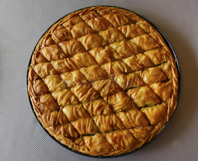 Πίτα σπανακιού στο τηγάνι στοκ εικόνες
