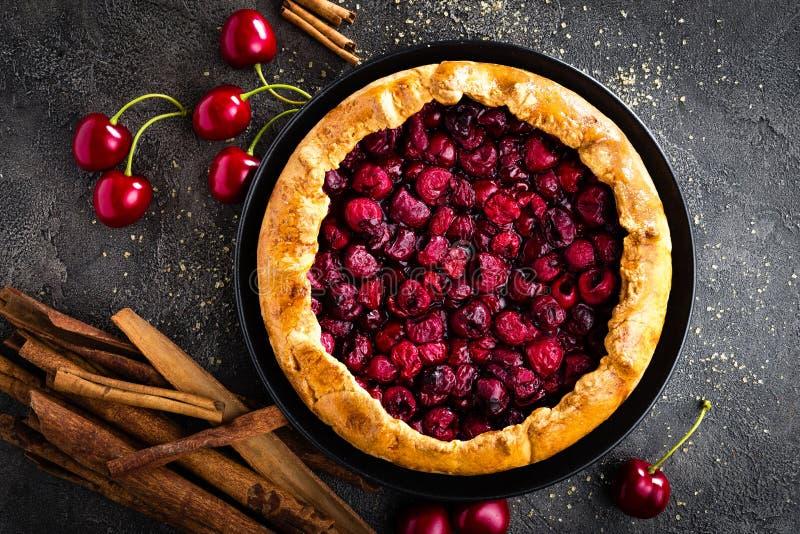 Πίτα φρούτων Γλυκιά πίτα, ξινή με το φρέσκο κεράσι συσσωματώστε το κεράσι εύγευστο στοκ φωτογραφία