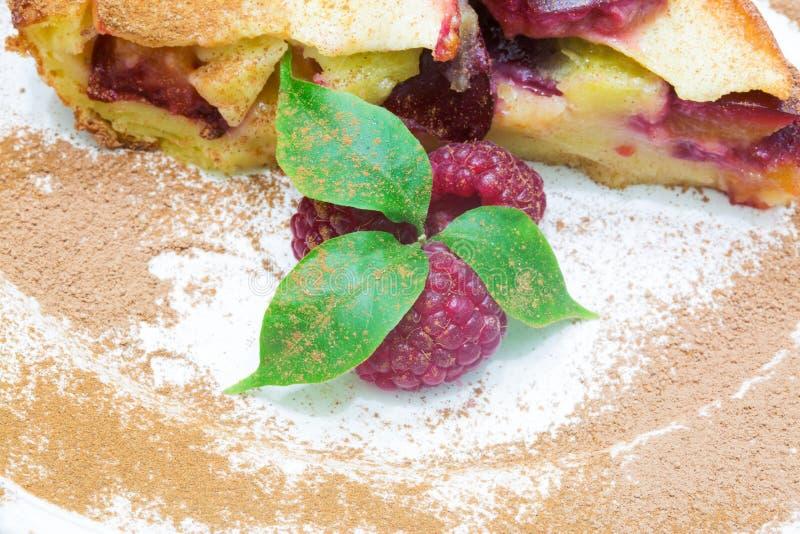 Πίτα φρούτων Clafoutis με το σμέουρο στοκ εικόνες