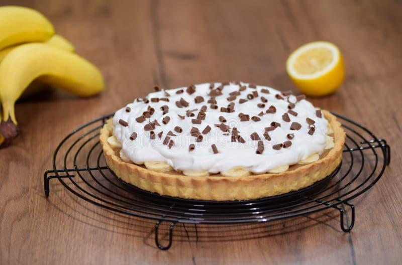 Πίτα Banoffee με τις μπανάνες, κτυπημένη κρέμα, σοκολάτα στοκ φωτογραφίες