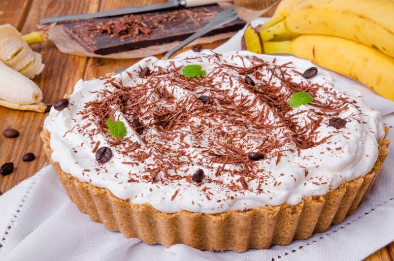 Πίτα Banoffee με τις μπανάνες, την κτυπημένη κρέμα, τη σοκολάτα, τον καφέ και toffee στοκ εικόνα με δικαίωμα ελεύθερης χρήσης
