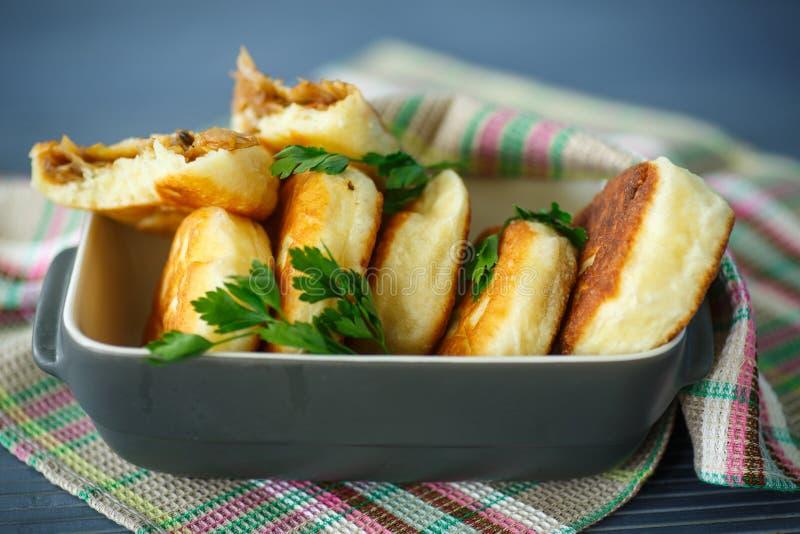 Πίτες που τηγανίζονται με το λάχανο στοκ φωτογραφία
