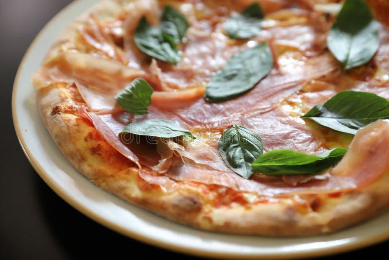Πίτσα ζαμπόν της Πάρμας, ιταλικά τρόφιμα στοκ εικόνες