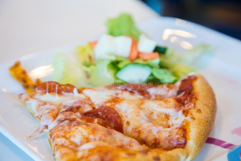 Πίτσα και σαλάτα στοκ φωτογραφία