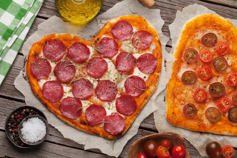 πίτσα καρδιών που διαμορφώνεται στοκ εικόνες