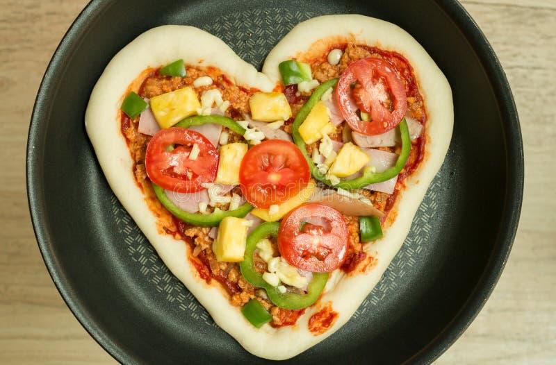 πίτσα καρδιών που διαμορφώνεται στοκ φωτογραφία