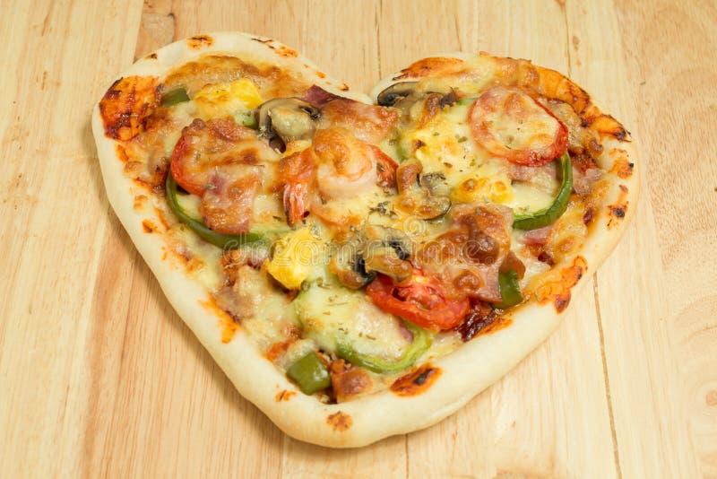 πίτσα καρδιών που διαμορφώνεται στοκ εικόνες με δικαίωμα ελεύθερης χρήσης