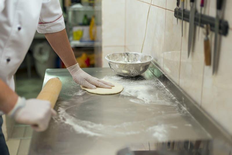 Πίτσα μαγείρων στοκ εικόνα με δικαίωμα ελεύθερης χρήσης