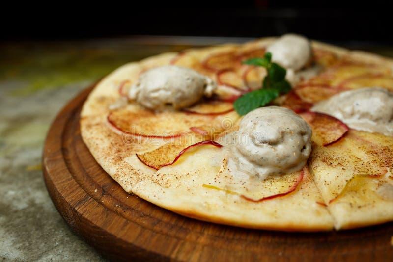 Πίτσα με τα αχλάδια και το παγωτό στοκ φωτογραφία με δικαίωμα ελεύθερης χρήσης