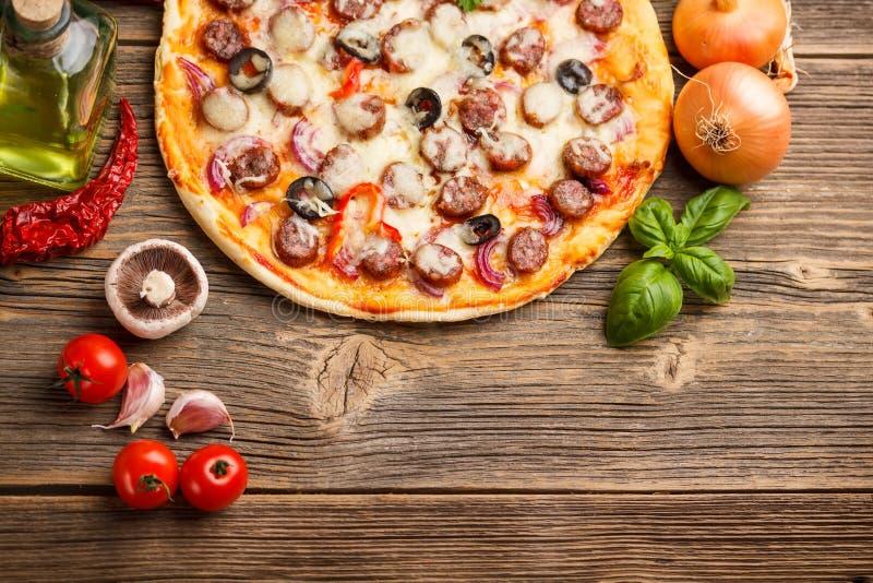 Πίτσα με τα συστατικά στοκ εικόνα με δικαίωμα ελεύθερης χρήσης