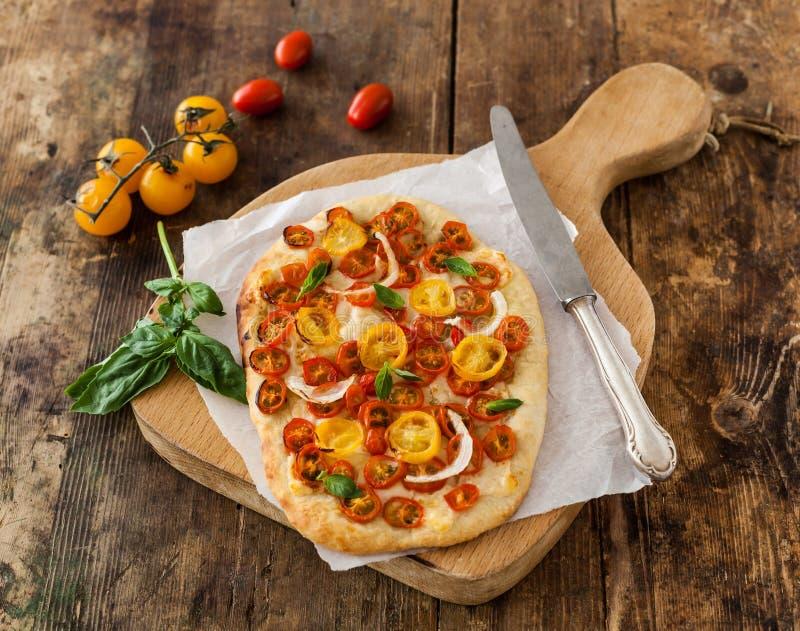 Πίτσα με τις ντομάτες κερασιών στοκ εικόνες