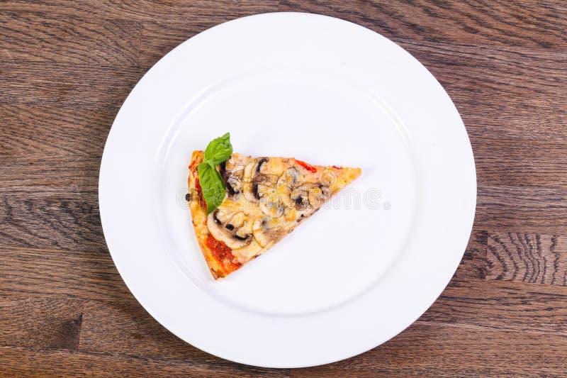 Πίτσα με το ζαμπόν και τα μανιτάρια στοκ φωτογραφία με δικαίωμα ελεύθερης χρήσης