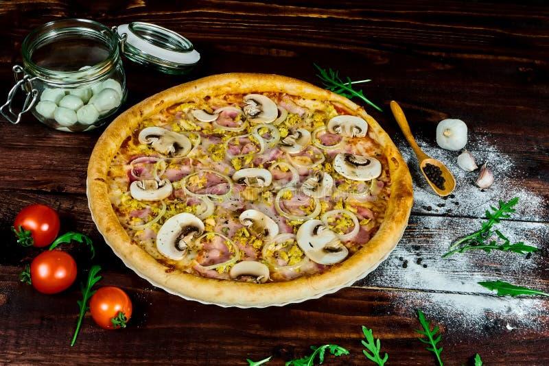 Πίτσα με το ζαμπόν και τα μανιτάρια στοκ εικόνα με δικαίωμα ελεύθερης χρήσης