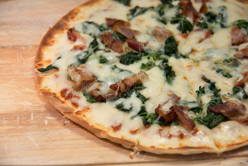 Πίτσα με το μπέϊκον σε έναν ξύλινο στοκ φωτογραφία με δικαίωμα ελεύθερης χρήσης