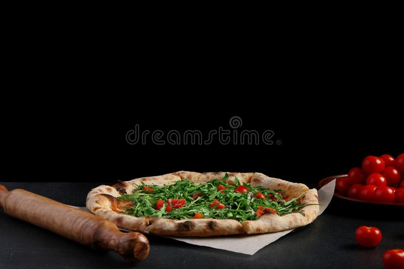 Πίτσα με το arugula στο σκοτεινό υπόβαθρο υγιής έννοια πιτσών στοκ φωτογραφίες