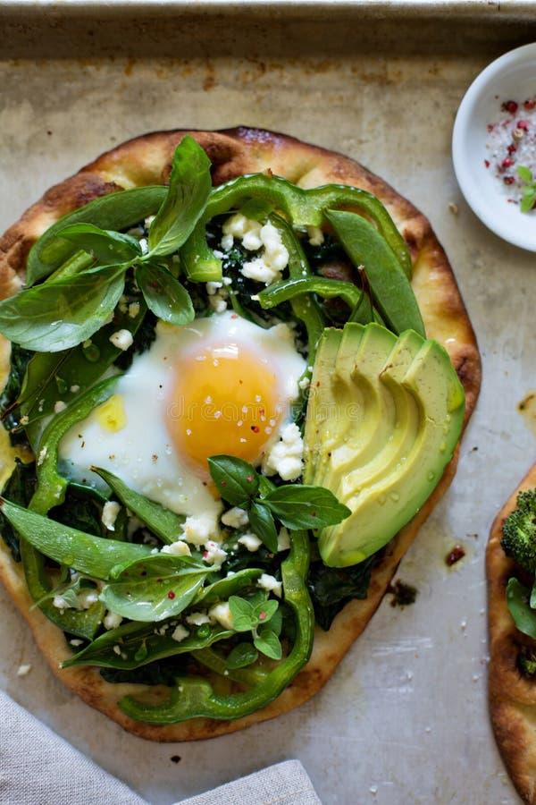 Πίτσα προγευμάτων με το ψημένο αυγό και τα πράσινα στοκ φωτογραφία με δικαίωμα ελεύθερης χρήσης