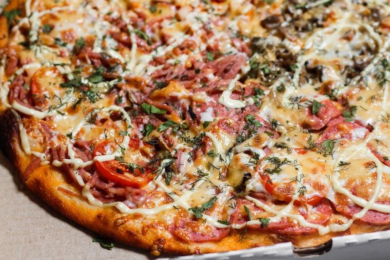 Πίτσα σε ένα κουτί από χαρτόνι κλείστε επάνω Παράδοση πιτσών Επιλογές πιτσών στοκ εικόνες