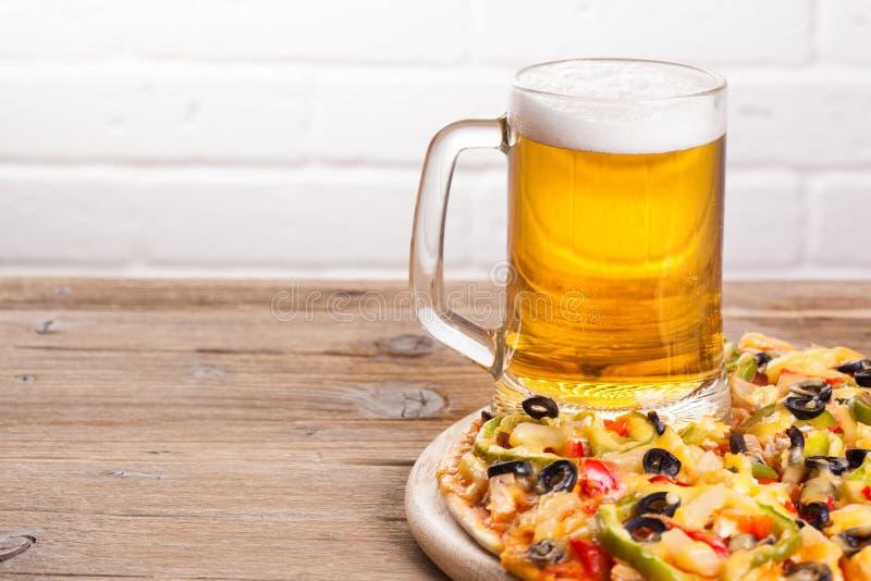 Πίτσα στον πίνακα στοκ εικόνα με δικαίωμα ελεύθερης χρήσης