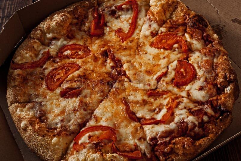Πίτσα στο μέσα κιβώτιο παράδοσης στο ξύλο στοκ εικόνες