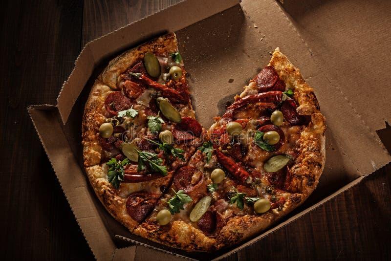 Πίτσα στο μέσα κιβώτιο παράδοσης στοκ εικόνα