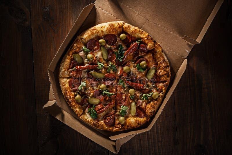 Πίτσα στο μέσα κιβώτιο παράδοσης στοκ φωτογραφίες με δικαίωμα ελεύθερης χρήσης