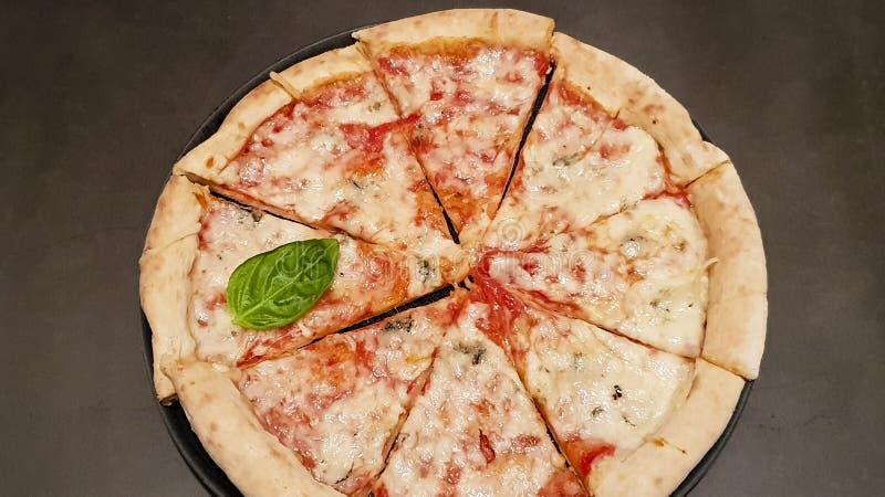 Πίτσα στο σκοτεινό υπόβαθρο στοκ εικόνα