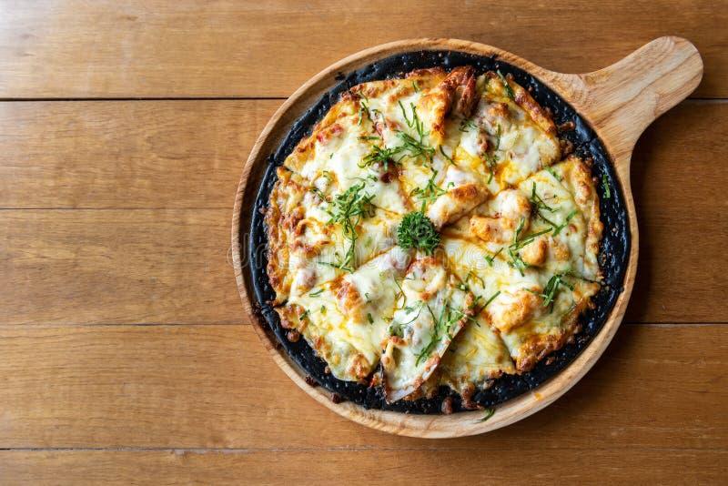 Πίτσα chaco θαλασσινών στον ξύλινο πίνακα στοκ φωτογραφία με δικαίωμα ελεύθερης χρήσης