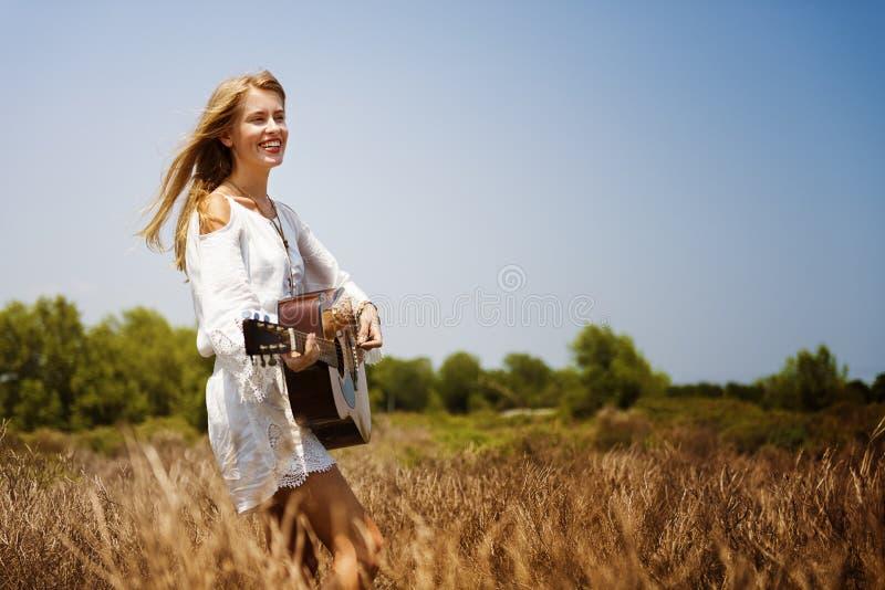 Παίζοντας έννοια μουσικής γυναικών χίπηδων στοκ φωτογραφία με δικαίωμα ελεύθερης χρήσης