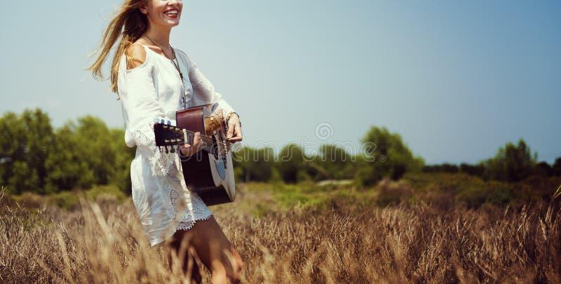 Παίζοντας έννοια μουσικής γυναικών χίπηδων στοκ φωτογραφία