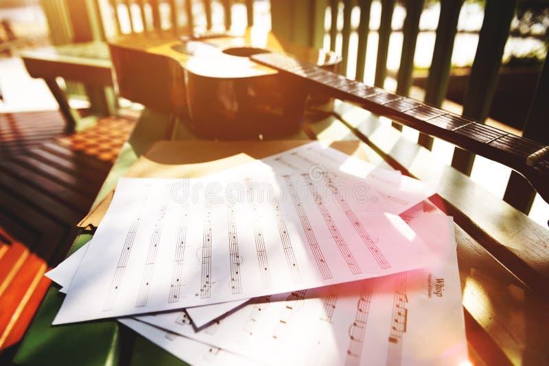 Παίζοντας έννοια τραγουδιού γραψίματος κιθάρων κοριτσιών στοκ φωτογραφία με δικαίωμα ελεύθερης χρήσης