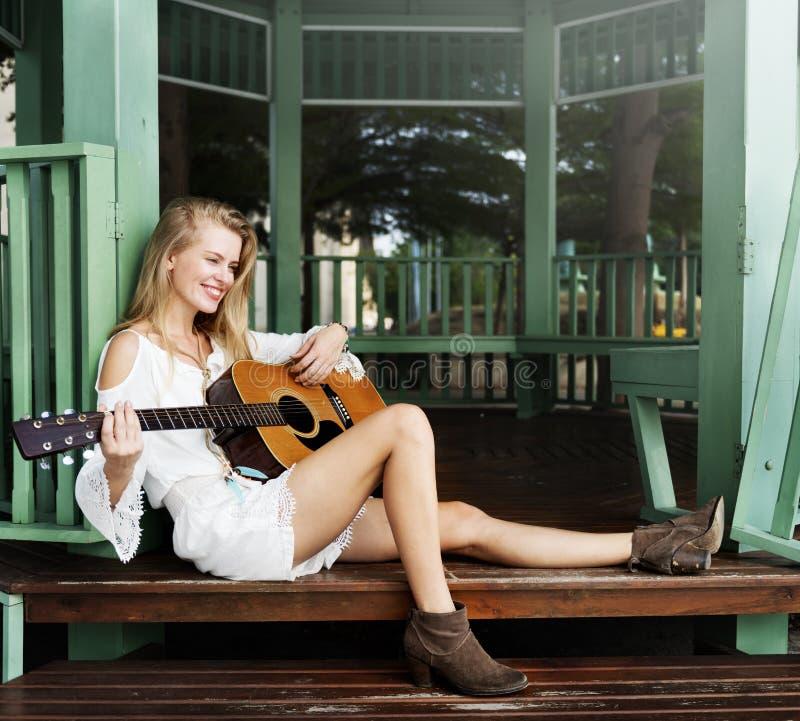 Παίζοντας έννοια χόμπι ελεύθερου χρόνου κιθάρων γυναικών στοκ φωτογραφία με δικαίωμα ελεύθερης χρήσης
