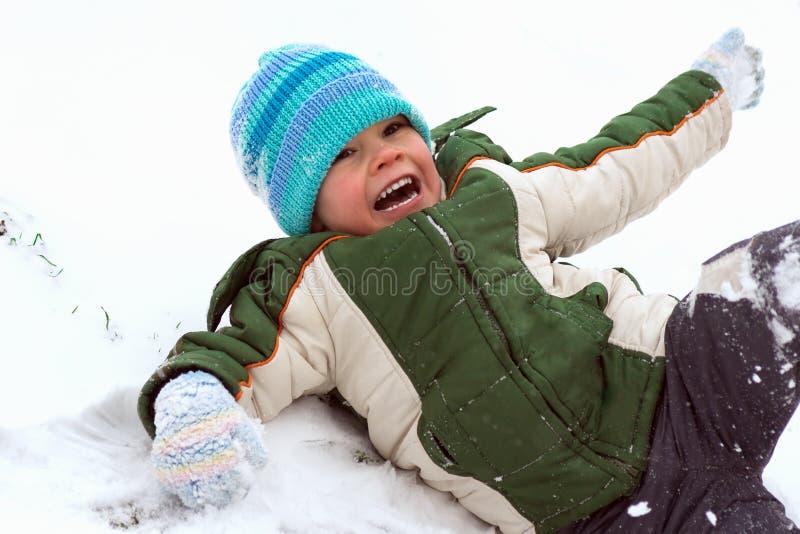 Παίζοντας αγόρι στο χιόνι στοκ φωτογραφία με δικαίωμα ελεύθερης χρήσης
