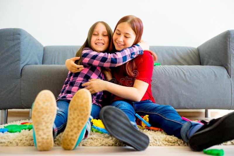 παίζοντας αδελφές μαζί δύ&omic στοκ φωτογραφία με δικαίωμα ελεύθερης χρήσης