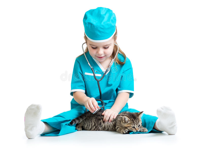 Παίζοντας γιατρός κοριτσιών παιδιών με το γατάκι στοκ φωτογραφία