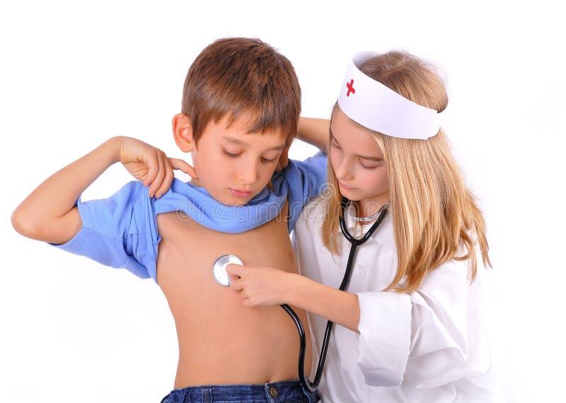Παίζοντας γιατρός παιδί-αδελφών και αδελφών στοκ εικόνες