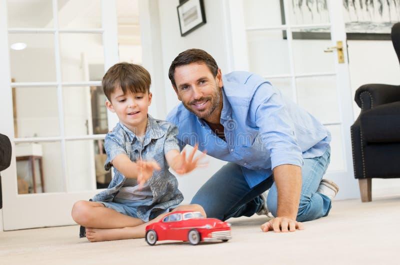 παίζοντας γιος πατέρων από στοκ εικόνες