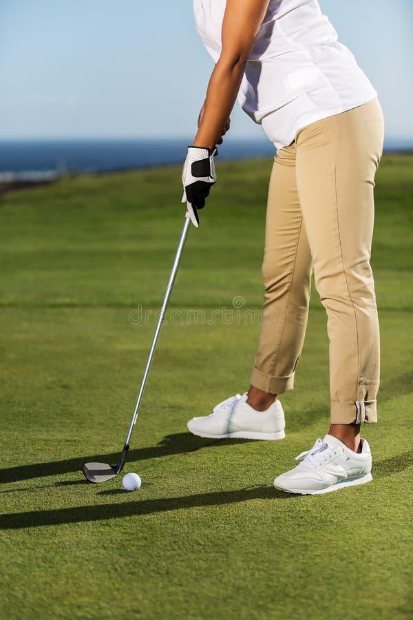 Παίζοντας γκολφ γυναικών συγκομιδών στην πράσινη σειρά μαθημάτων στοκ εικόνες