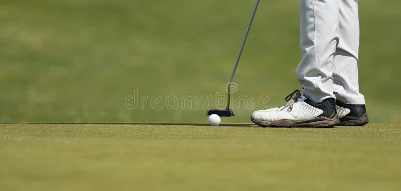 Παίζοντας γκολφ που προετοιμάζεται στον πυροβολισμό στοκ εικόνες με δικαίωμα ελεύθερης χρήσης
