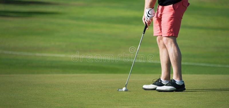 Παίζοντας γκολφ που προετοιμάζεται στον πυροβολισμό στοκ φωτογραφία με δικαίωμα ελεύθερης χρήσης