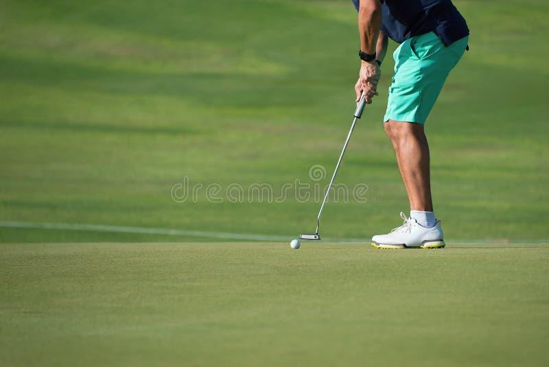 Παίζοντας γκολφ που προετοιμάζεται στον πυροβολισμό στοκ εικόνες