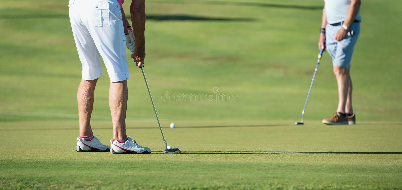 Παίζοντας γκολφ που προετοιμάζεται στον πυροβολισμό στοκ εικόνα